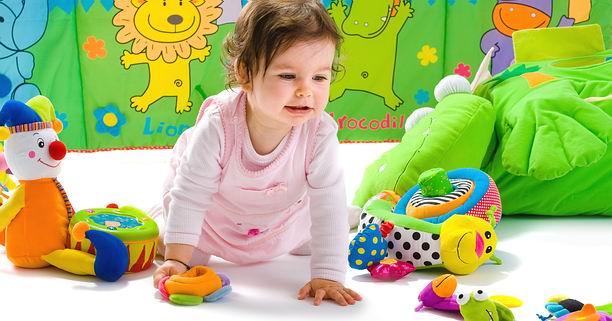 เด็กแรกเกิด, เด็กวัยขวบปีแรก, ของเล่น, การเลือกของเล่น, ของเล่นเสริมพัฒนาการ, การเล่น, พัฒนาการ, ประสาทสัมผัส, โมบายล์, ตุ๊กตา, ยางกัด, บล๊อก, วิธีเลือกของเล่น, หนังสือ, นิสัยรักกการอ่าน
