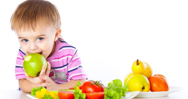 ลูกน้อยกินผลไม้