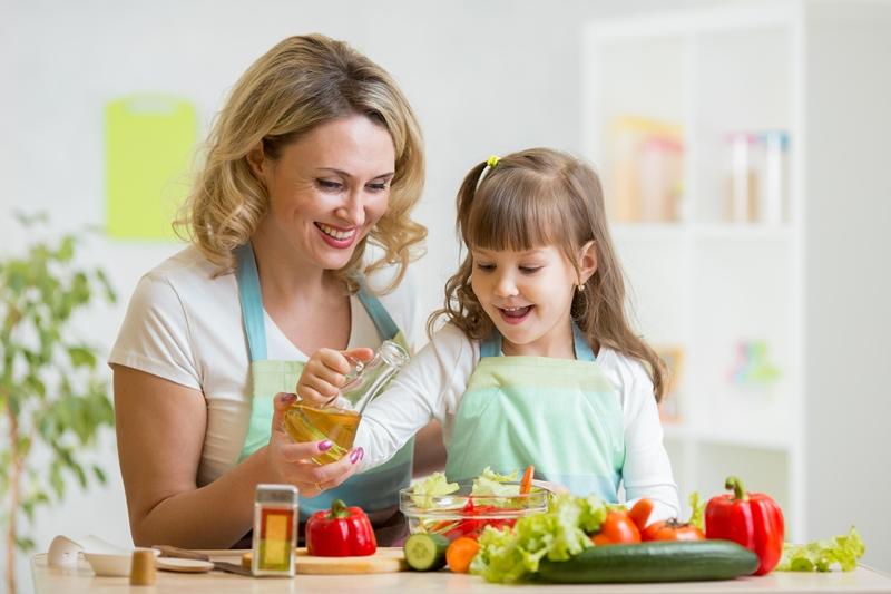 อาหารเด็ก, เมนูสำหรับเด็ก, โภชนาการสำหรับเด็ก, น้ำมันสำหรับทำอาหาร, น้ำมันคาโนลา, น้ำมันคาโนลาผสมทานตะวัน, น้ำมันคาโนลาผสมทานตะวันสูตร 4:1, น้ำมันพืช, น้ำมันทานตะวัน, ไขมันสำหรับเด็ก, เด็กควรกินไขมันอย่างไร, เด็กควรได้รับไขมันเท่าไหร่