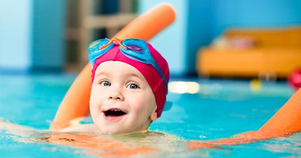 สอนลูกว่ายน้ำ, ลูกว่ายน้ำ, สอนเด็กว่ายน้ำ, ลูกว่ายน้ำ, เด็กว่ายน้ำ, ว่ายน้ำเอาตัวรอด, ลอยตัวในน้ำ, ลูกฉลาด, เลี้ยงลูกให้ฉลาด, การเล่นของเด็ก, การเล่นของลูก, ลูกเล่นในครัว, พัฒนาการเด็ก, การเลี้ยงลูก, ลูกอนุบาล, นมของเด็ก, นมของลูก, โอวัลตินสมาร์ท, Ovaltine Smart