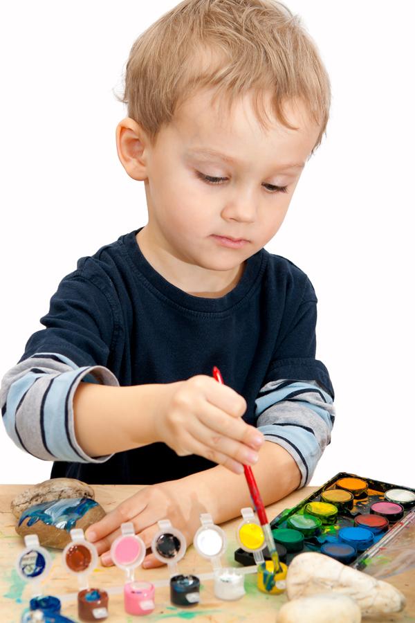 ลูกระบายสี, เด็กระบายสี, ลูกเล่นสี, ลูกชอบระบายสี, ระบายสีก้อนหิน, เล่นสี, ลูกชอบศิลปะ, การเล่นของเด็ก, การเรียนรู้ของเด็ก, พัฒนาการเด็ก, ลูกฉลาด, เด็กฉลาด, โอวัลตินสมาร์ท, Ovaltine Smart
