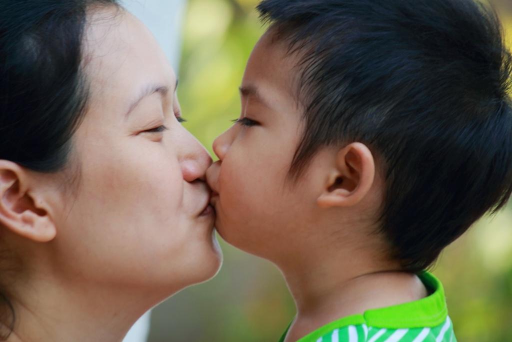 จูบเด็ก,การเลี้ยงลูก,การเลี้ยงเด็ก,จุมพิต,จูบ,เด็กแรกเกิด,เด็กวัยคิดส์,โรคจูบ,kissing disease,เด็กวัยเตาะแตะ,sexual