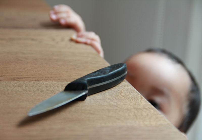 เก็บของมีคมไกลมือเด็ก, เก็บของมีคนไกลมือลูก, ลูกโดนมีบาด, เด็กโดนมีบาด, เด็กเล็กคว้ามีด, เด็กเล็กคว้าของมีคม, ลูกเล่นของมีคม, เด็กเล่นของมีคม, ลูกเอื้อมคว้ามีด, เด็กเอื้อมคว้ามีด, วิธีเก็บของมีคมไกลมือเด็ก, วิธีเก็บมีดไกลมือเด็ก, อุบัติเหตุในบ้าน, อันตรายในบ้าน, อุบัติเหตุของเด็กเล็ก, ป้องกันอุบัติเหตุในบ้าน, เตือนภัยพ่อแม่, อันตรายที่เกิดกับเด็กเล็ก, อันตรายที่เกิดกับลูกเล็ก