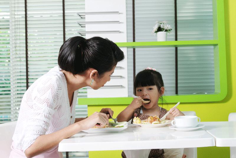 ฝึกลูกกินข้าวเอง, ฝึกลูกใช้ช้อนส้อม, หัดกินข้าวเอง, ให้ลูกกินข้าวเอง, ให้ลุกตักข้าวกินเอง, ฝึก EF ด้วยการกิน, EF, Executive Functions, ทักษะสมองเพื่อชีวิตที่สำเร็จ, การทำงานของสมองส่วนหน้า, ทักษะสมอง EF, พัฒนา EF, ฝึก EF, EF คืออะไร, อีเอฟคืออะไร, ปรับพฤติกรรมลูก, ลูกก้าวร้าว, ลูกเอาแต่ใจ, ลูกดื้อ, ลูกไม่มีความอดทน, ลูกขี้เกียจ, ลูกความจำไม่ดี, ลูกชอบเถียง, ลูกอาละวาด, ลูกอารมณ์ร้าย, ลูกอ่อนไหว, ลูกปรับตัวไม่เป็น, ลูกปรับตัวไม่เก่ง, ลูกขี้อาย, ลูกไม่มีความยับยั้งชั่งใจ, ลูกไม่มีระเบียบ, ลูกไม่มีวินัย, Working memory, ความจำเพื่อใช้งาน, Inhibitory Control, การยั้งคิด ไตร่ตรอง, Shift, Cognitive Flexibility, การยืดหยุ่นความคิด,Focus, Attention, จดจ่อใส่ใจ, Emotional Control, การควบคุมอารมณ์, Planning,Organizing, การวางแผน, การจัดระบบดำเนินการ, Self-Monitoring, การรู้จักประเมินตนเอง,Initiating, การริเริ่มและลงมือทำ, Goal-Directed Persistence, ความพากเพียร, มุ่งสู่เป้าหมาย, เลี้ยงลูกให้เก่ง, เลี้ยงลูกให้เอาตัวรอด, เลี้ยงลูกให้ดี, เลี้ยงลูกให้ฉลาด, เลี้ยงลูกให้เป็นคนดี, เลี้ยงลูกให้ดูแลตัวเองได้, เลี้ยงลูกให้มีความสุข