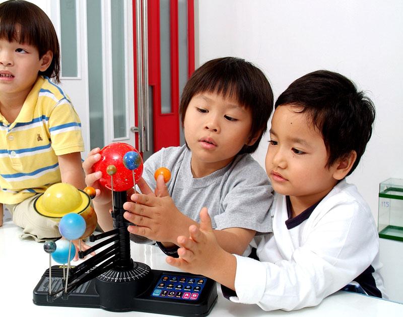 ลูกไม่มีความอดทน, ลูกไม่รู้จัก, ฝึกให้ลูกรู้จักรอคอย, สอนลูกให้รู้จักรอคอย, ลูกรอเป็น, สอนลูกเข้าคิว, สอนลูกต่อคิว, EF, Executive Functions, ทักษะสมองเพื่อชีวิตที่สำเร็จ, การทำงานของสมองส่วนหน้า, ทักษะสมอง EF, พัฒนา EF, ฝึก EF, EF คืออะไร, อีเอฟคืออะไร, ปรับพฤติกรรมลูก, ลูกก้าวร้าว, ลูกเอาแต่ใจ, ลูกดื้อ, ลูกไม่มีความอดทน, ลูกขี้เกียจ, ลูกความจำไม่ดี, ลูกชอบเถียง, ลูกอาละวาด, ลูกอารมณ์ร้าย, ลูกอ่อนไหว, ลูกปรับตัวไม่เป็น, ลูกปรับตัวไม่เก่ง, ลูกขี้อาย, ลูกไม่มีความยับยั้งชั่งใจ, ลูกไม่มีระเบียบ, ลูกไม่มีวินัย, Working memory, ความจำเพื่อใช้งาน, Inhibitory Control, การยั้งคิด ไตร่ตรอง, Shift, Cognitive Flexibility, การยืดหยุ่นความคิด,Focus, Attention, จดจ่อใส่ใจ, Emotional Control, การควบคุมอารมณ์, Planning,Organizing, การวางแผน, การจัดระบบดำเนินการ, Self-Monitoring, การรู้จักประเมินตนเอง,Initiating, การริเริ่มและลงมือทำ, Goal-Directed Persistence, ความพากเพียร, มุ่งสู่เป้าหมาย, เลี้ยงลูกให้เก่ง, เลี้ยงลูกให้เอาตัวรอด, เลี้ยงลูกให้ดี, เลี้ยงลูกให้ฉลาด, เลี้ยงลูกให้เป็นคนดี, เลี้ยงลูกให้ดูแลตัวเองได้, เลี้ยงลูกให้มีความสุข