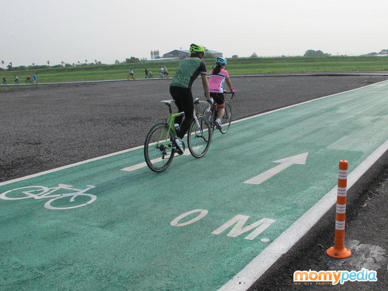 ปั่นจักรยาน,เด็กปั่นจักรยาน,สนามปั่นจักรยาน,ทางเขียว,ปั่นทางเขียว,เลียบรันเวย์,ปั่นเลียบรันเวย์,สนามปั่นจักรยานสุวรรณภูมิ,สนามบินสุวรรณภูมิ,ปั่นจักรยานสำหรับเด็ก,ทางปั่นรอบเล็ก,จักรยานเด็ก,เด็กปั่นจักรยาน,