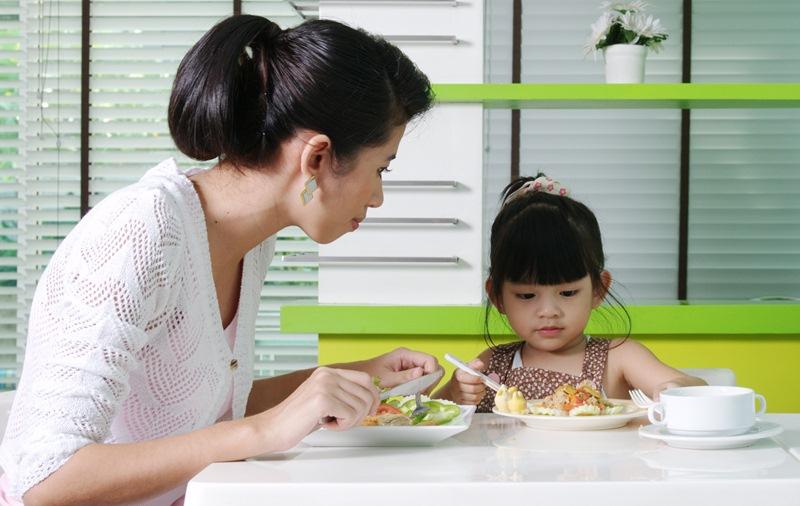 ลูกกินข้าวยาก, ลูกไม่ยอมกินข้าว, วิธีทำให้ลูกกินข้าว, ฝึกลูกกินข้าว, ทำยังไงดีลูกไม่ยอมกินข้าว, ฝึกพฤติกรรมให้ลูกกินข้าว, ลูกเบื่ออาหาร, ลูกเบื่อข้าว, แก้นิสัยไม่ยอมกินข้าว, กินข้าวยาก, เบื่อข้าว